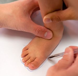 Измерение стопы малыша